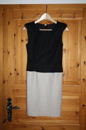 Kleid mit Nieten und Tülleinsätzen