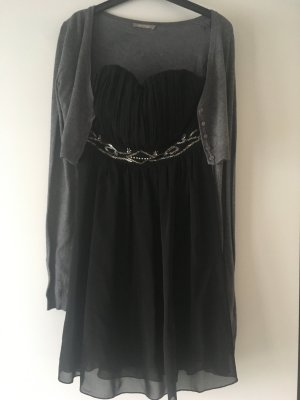 Kleid mit Pailletten Details und einer Strickjacke