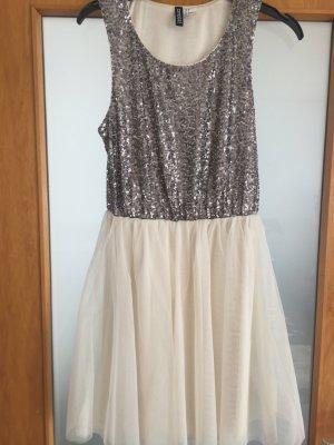 Kleid mit Pailletten und Tüll
