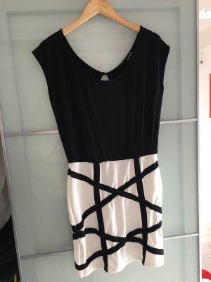 Kleid mit raffiniertem Rückenausschnitt