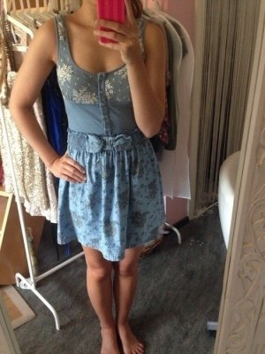 Kleid mit Rückenausschnitt und Spitze in hellblau
