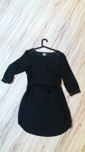 Kleid mit silbernen Ziernähten