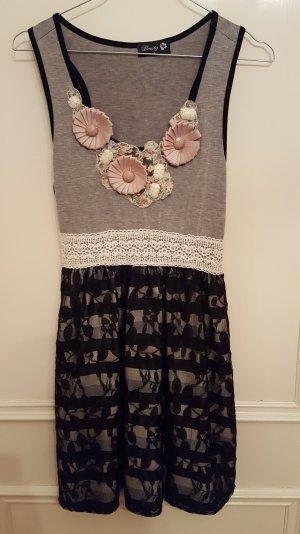 Kleid mit Spitze und floralen Details
