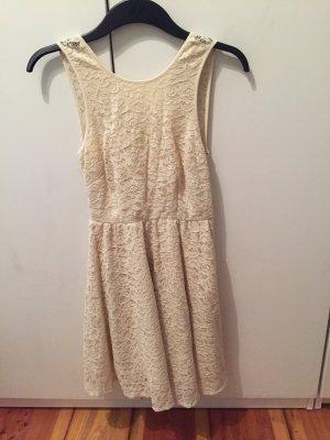Kleid mit Spitze und Rückenausschnitt