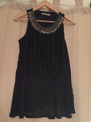 Kleid mit Steinen am Halskragen