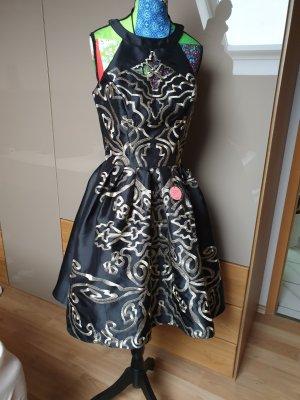 9959ec3588717 Kleid mit Stickereien. Chi Chi London. Kleid mit Stickereien. Größe 36