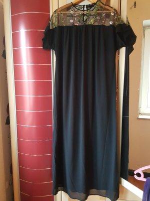 Kleid mit Stickerein in Größe M (fällt sehr groß aus)
