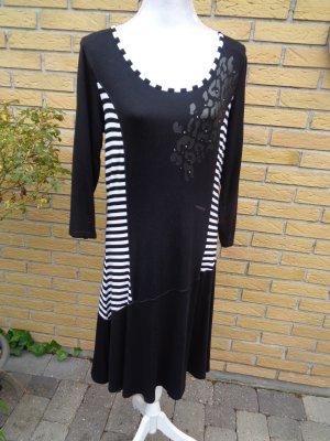 Kleid mit Streifen in Schwarz-Weiss von Paprika