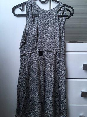 Kleid mit Taillienausschnitt