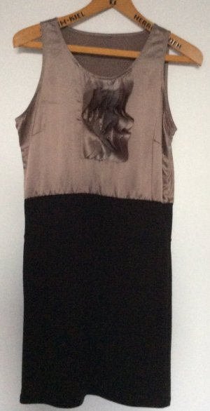 Kleid mit Volants in taupe und schwarz