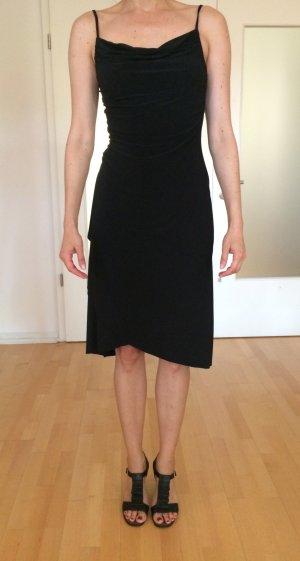 Kleid mit Wasserfallausschnitt und gerafften Details