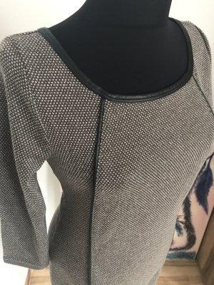 Kleid mit winzigen Tupfen und Kunstledereinsätze