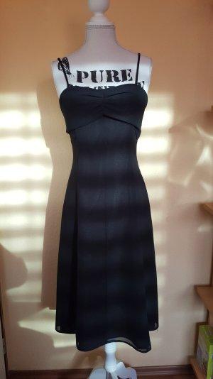 Kleid. Schlicht, schwarz, knielang. Für Kommunion, Konfirmation, Abiball :)