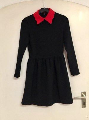 Kleid schwarz mit rotem Kragen
