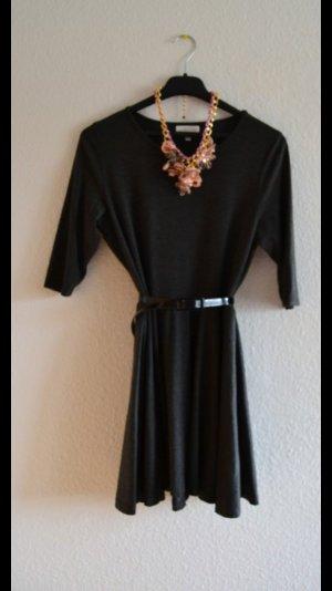Kleid von Apricot ausgestellt