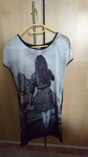 Kleid von Only mit Fotoprint schwarz/grau/weiß/monochrom