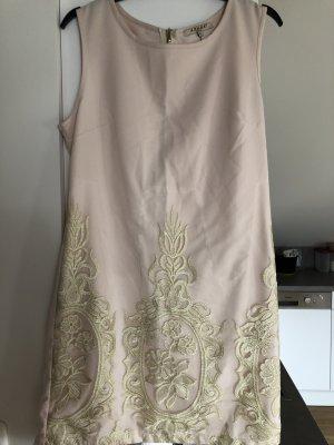 Kleidchen mit Stickerei