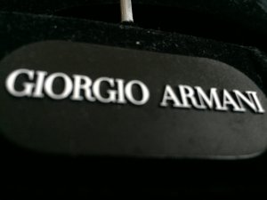 Kleider Bügel drei Stück Samt Schwarz Armani