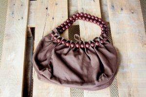 Kleine Beuteltasche in braun mit Perlenträger