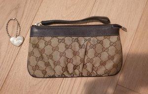 Kleine Clutch von Gucci im klassischen braunen Stoff mit GG Logo