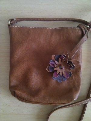 Kleine cognacfarbene Schultertasche mit süßem Blumenanhänger