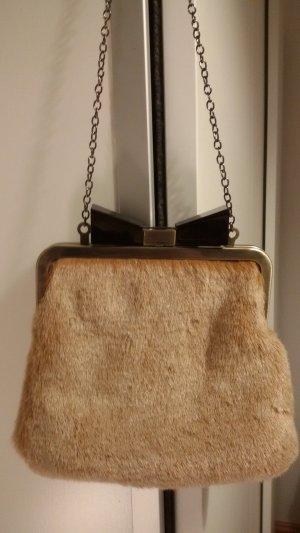 Kleine Handtasche mit Fellbesatz und Schleifenverschluss