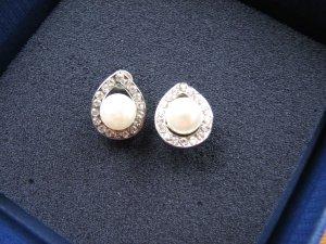 Kleine Ohrringe mit Steinen