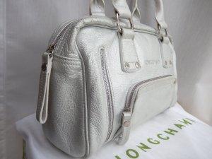 Kleine, silberne Ledertasche von LONGCHAMP (getragen)