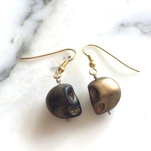 Kleine Totenkopf Ohrringe in schwarz-gold