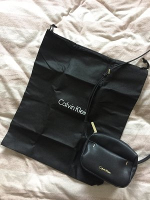 Kleine Umhängetasche von Calvin Klein in schwarz