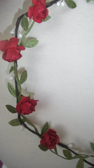 Kleiner Blumenkranz mit roten Blüten Hochzeit Festival