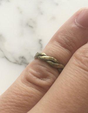 Kleiner bronzefarbener Ring