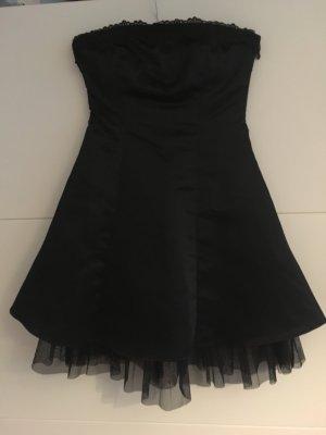 """""""Kleines schwarzes"""" Kleid von Jennifer Taylor"""