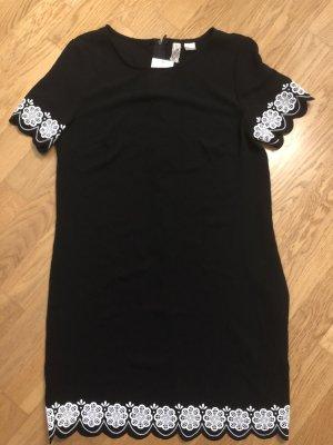 Kleines schwarzes Mini Kleid mit Wellensaum 38