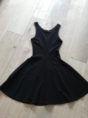 Kleines schwarzes Stretch Kleid mit Ledereinfassung am Oberteil
