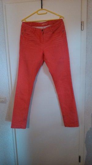 Knackige rote Skinny-Jeans