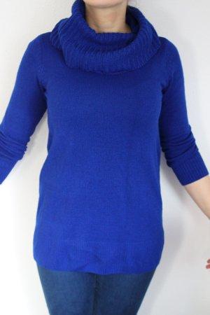 knallblauer Pullover mit Rollkragen
