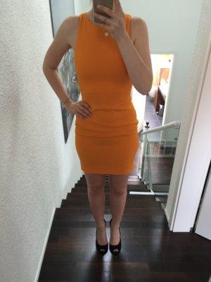 Knallorangenes Kleid mit cut outs am Rücken