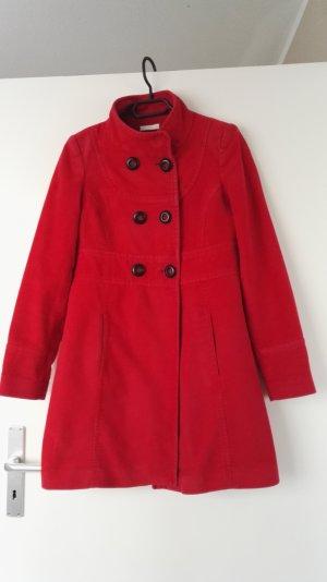Knallroter Mantel mit schwarzen Knöpfen