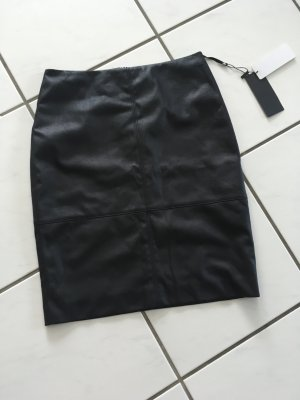 Knielanger Rock aus Fake Leather