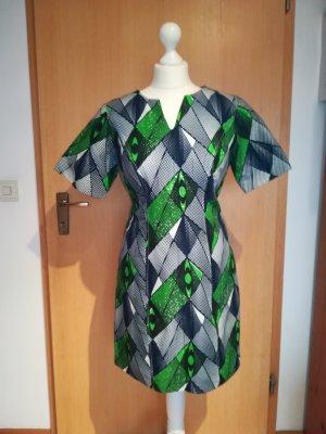 Knielanges Kleid aus afrikanischem Stoff
