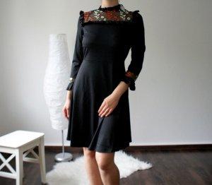Knielanges Kleid / Blusenkleid mit Blumenstickerei und Rüschen
