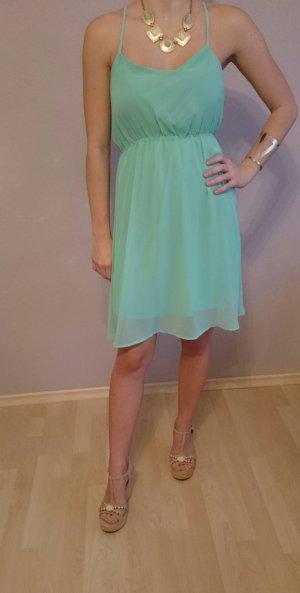 Knielanges Sommerkleid mit dünnen Trägern