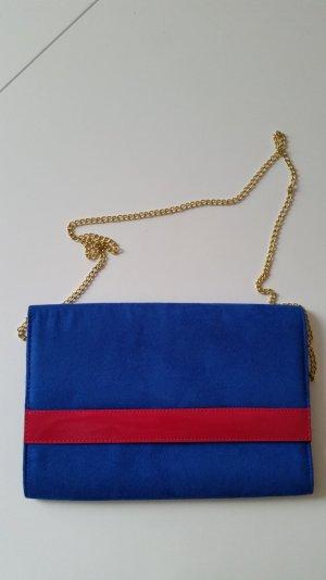 Kobaltblaue Clutch mit pinkem Streifen. Goldenes Kettchen zum Umhängen.