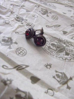 Konplotthängerchen mit dunkelrotem Stein