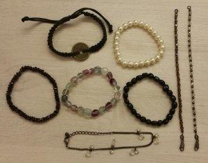 Konvolut von 8 Armbändern - Perlen, Halbedelsteine und Textil