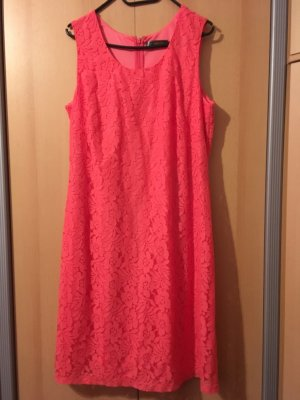 koralle farbenes Kleid