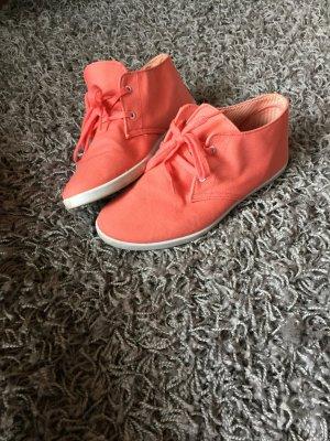 Korallenfarbene Schuhe