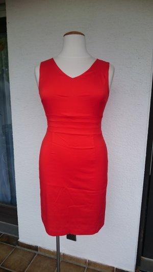 korallenrotes Kleid mit Etikett