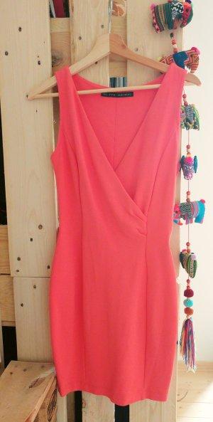 Korallfarbiges enges Kleid aus festem Stoff